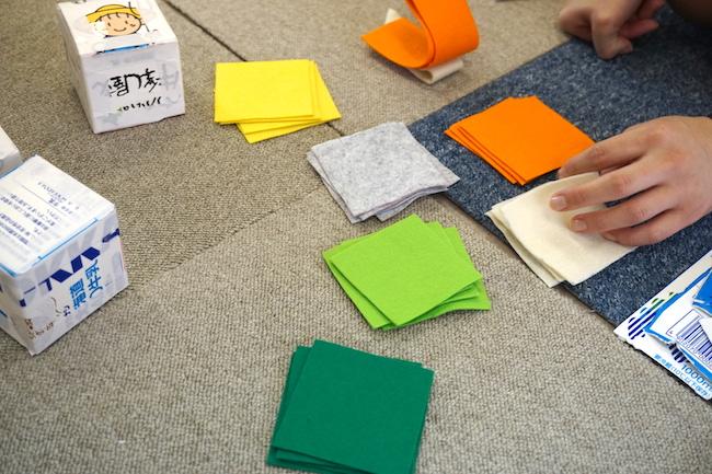 手作りの子ども向けおもちゃ サイコロパズルづくり フェルトを切る