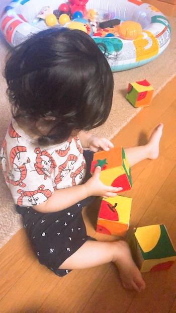サイコロパズルで遊ぶ子ども