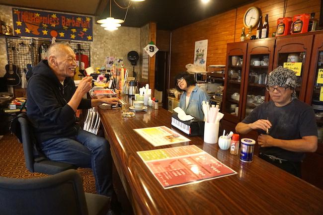 釧路市愛国の麺CAFE ALLで取材を受ける新井武士さん
