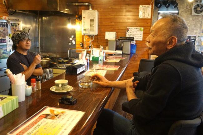 元『ダウン・タウン・ブギウギ・バンド』のベーシスト新井 武志さんと『麺CAFE ALL』さんの店長 岩崎 慶吉さん