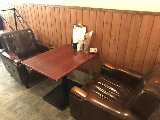 釧路にあるハンバーガー専門店「eureka_SouthAve(エウレカ サウスアベニュー)」の座席
